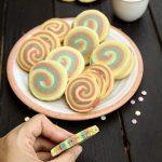 biscuiti fragezi cu unt cu aspect de curcubeu