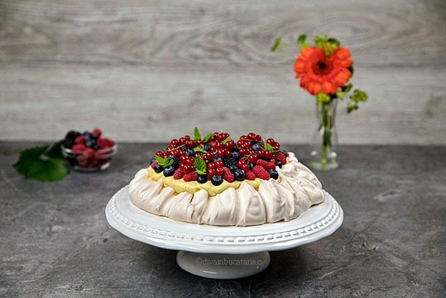 Pavlova cu crema de vanilie si fructe de padure diva in bucatarie